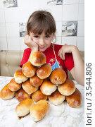 Купить «Девочка и куча пирожков», фото № 3544806, снято 24 мая 2012 г. (c) Ольга Денисова / Фотобанк Лори