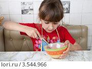Купить «Маленькая девочка взбивает в миске яйцо», фото № 3544966, снято 24 мая 2012 г. (c) Ольга Денисова / Фотобанк Лори