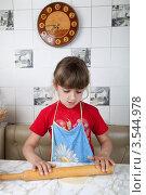 Купить «Маленькая девочка делает пирожок с начинкой», фото № 3544978, снято 24 мая 2012 г. (c) Ольга Денисова / Фотобанк Лори