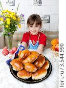 Купить «Счастливая девочка держит поднос с пирожками», фото № 3544990, снято 24 мая 2012 г. (c) Ольга Денисова / Фотобанк Лори