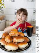 Купить «Девочка пьет чай с пирожками», фото № 3544998, снято 24 мая 2012 г. (c) Ольга Денисова / Фотобанк Лори