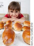 Купить «Счастливая девочка смотрит в кадр», фото № 3545010, снято 24 мая 2012 г. (c) Ольга Денисова / Фотобанк Лори