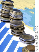 Стопки монет на бизнес-графике. Стоковое фото, фотограф Галина Власова / Фотобанк Лори