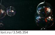 Купить «Зеркальные шары вращаются на потолке ночного клуба», видеоролик № 3545354, снято 2 ноября 2009 г. (c) Losevsky Pavel / Фотобанк Лори