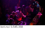 Купить «Люди в баре в ночном клубе», видеоролик № 3545358, снято 2 ноября 2009 г. (c) Losevsky Pavel / Фотобанк Лори