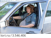 Беременная женщина за рулем автомобиля. Стоковое фото, фотограф Discovod / Фотобанк Лори