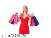 Счастливая белокурая девушка в красном платье держит сумки с покупками. Стоковое фото, фотограф Дмитрий Рогатнев / Фотобанк Лори