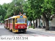 Купить «Трамвай №7 останавливается на булыжной мостовой у остановки в Краснодаре», фото № 3551514, снято 20 мая 2012 г. (c) Анна Мартынова / Фотобанк Лори