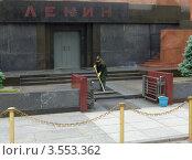 Купить «Красная площадь. Уборка Мавзолея», эксклюзивное фото № 3553362, снято 30 мая 2012 г. (c) Илюхина Наталья / Фотобанк Лори