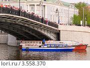 Купить «Люди на Лужковом мосту. Марш миллионов в Москве 6 мая 2012 года», эксклюзивное фото № 3558370, снято 6 мая 2012 г. (c) Алёшина Оксана / Фотобанк Лори