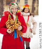 Купить «Девушка с сушками на шее. Масленица», фото № 3561378, снято 26 февраля 2012 г. (c) Яков Филимонов / Фотобанк Лори