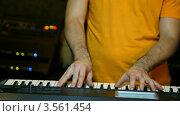 Купить «Музыкант играет на синтезаторе в студии», видеоролик № 3561454, снято 21 ноября 2009 г. (c) Losevsky Pavel / Фотобанк Лори