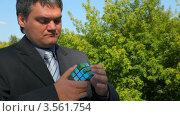 Купить «Мужчина в костюме собирает кубик Рубика», видеоролик № 3561754, снято 3 декабря 2009 г. (c) Losevsky Pavel / Фотобанк Лори