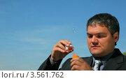 Купить «Мужчина в костюме пускает мыльные пузыри на фоне голубого неба», видеоролик № 3561762, снято 7 декабря 2009 г. (c) Losevsky Pavel / Фотобанк Лори