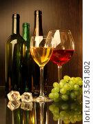 Композиция с бокалами красного и белого вина, виноградом и кусочками льда. Стоковое фото, фотограф Виктор Топорков / Фотобанк Лори