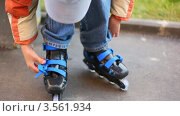 Купить «Мальчик застегивает крепления на ботинке», видеоролик № 3561934, снято 22 декабря 2009 г. (c) Losevsky Pavel / Фотобанк Лори