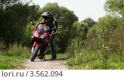Купить «Байкер сидит на мотоцикле и смотрит вокруг», видеоролик № 3562094, снято 21 декабря 2009 г. (c) Losevsky Pavel / Фотобанк Лори