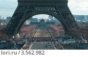 Купить «Арка Эйфелевой Башни в Париже, Франция», видеоролик № 3562982, снято 20 января 2010 г. (c) Losevsky Pavel / Фотобанк Лори