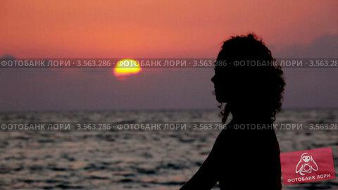Кудрявая девушка на берегу моря