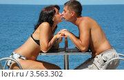Купить «Мужчина и женщина целуются, сидя за столом», видеоролик № 3563302, снято 23 января 2010 г. (c) Losevsky Pavel / Фотобанк Лори