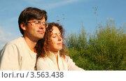 Купить «Молодые мужчина и женщина сидят в парке и улыбаются друг другу», видеоролик № 3563438, снято 7 января 2010 г. (c) Losevsky Pavel / Фотобанк Лори