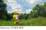 Купить «Радостная женщина с желтым развевающимся полотном бежит по тропинке», видеоролик № 3563954, снято 3 февраля 2010 г. (c) Losevsky Pavel / Фотобанк Лори