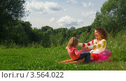 Купить «Девочка бежит к радостной женщине, сидящей в надувном кресле», видеоролик № 3564022, снято 4 февраля 2010 г. (c) Losevsky Pavel / Фотобанк Лори