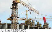Купить «Башенный строительный кран медленно поворачивается на площадке», видеоролик № 3564070, снято 16 февраля 2010 г. (c) Losevsky Pavel / Фотобанк Лори