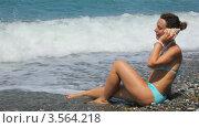 Купить «Женщина в бикини сидит на морском берегу и слушает раковину», видеоролик № 3564218, снято 18 февраля 2010 г. (c) Losevsky Pavel / Фотобанк Лори