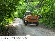 Купить «Трактор с цистерной и системой полива едет по проселочной дороге», эксклюзивное фото № 3565874, снято 27 мая 2012 г. (c) Родион Власов / Фотобанк Лори