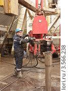 Бурильщик работает с оборудованием. Стоковое фото, фотограф Rumo / Фотобанк Лори