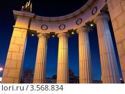 Купить «Римский портик на западной стороне Бородинского моста, Москва», фото № 3568834, снято 24 марта 2012 г. (c) Зубов Александр / Фотобанк Лори