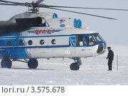 Купить «Борт-инженер вертолета Ми-8 осматривает вертолет после посадки», фото № 3575678, снято 26 марта 2012 г. (c) Пьянков Александр / Фотобанк Лори