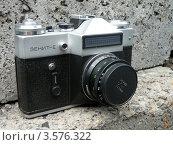 Купить «Пленочный фотоаппарат Зенит-Е», фото № 3576322, снято 8 июня 2012 г. (c) Игорь Кутателадзе / Фотобанк Лори