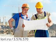 Купить «Два инженера-строителя смотрят план на строительной площадке», фото № 3576570, снято 26 апреля 2012 г. (c) Дмитрий Калиновский / Фотобанк Лори