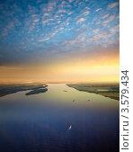 Белая ночь на большой реке с речными судами. Стоковое фото, фотограф Владимир Мельников / Фотобанк Лори