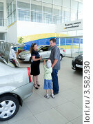 Купить «Покупатели в автосалоне», фото № 3582930, снято 11 июня 2012 г. (c) Валерий Шилов / Фотобанк Лори