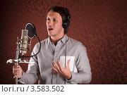 Купить «Эстрадный исполнитель поет у микрофона в студии звукозаписи», фото № 3583502, снято 27 мая 2012 г. (c) Игорь Долгов / Фотобанк Лори