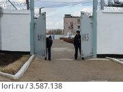Купить «Исправительная колония, металлические ворота», эксклюзивное фото № 3587138, снято 24 апреля 2012 г. (c) Free Wind / Фотобанк Лори