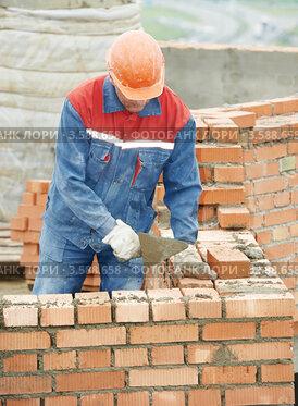 Купить «Каменщик кладет кирпичи», фото № 3588658, снято 17 мая 2012 г. (c) Дмитрий Калиновский / Фотобанк Лори