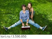 Купить «Две девушки с ноутбуком в парке», фото № 3590850, снято 25 июля 2008 г. (c) Владимир Целищев / Фотобанк Лори
