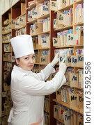 Купить «Медсестра в регистратуре выбирает медицинскую карту», фото № 3592586, снято 5 декабря 2011 г. (c) Яков Филимонов / Фотобанк Лори
