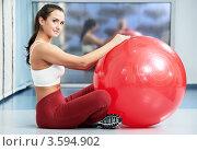 Купить «Счастливая девушка с большим красным шаром для гимнастики», фото № 3594902, снято 2 декабря 2011 г. (c) Дмитрий Калиновский / Фотобанк Лори