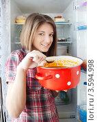 Купить «Девушка ест суп из кастрюли», фото № 3594998, снято 10 февраля 2011 г. (c) Яков Филимонов / Фотобанк Лори