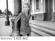 Купить «Девушка в повседневной одежде на фоне города», фото № 3605462, снято 30 июля 2008 г. (c) Эдуард Стельмах / Фотобанк Лори