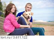 Девушка и юноша сидят с собакой на свежем воздухе. Стоковое фото, фотограф Юрий Викулин / Фотобанк Лори