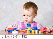 Купить «Девочка играет с конструктором», фото № 3614182, снято 12 ноября 2010 г. (c) Татьяна Макотра / Фотобанк Лори