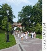 Купить «Дорога к Большому дворцу под Фигурным мостом в парке Царицыно», эксклюзивное фото № 3618294, снято 23 июня 2012 г. (c) Родион Власов / Фотобанк Лори