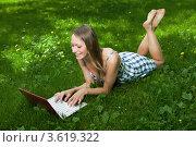Купить «Привлекательная девушка с ноутбуком в парке», фото № 3619322, снято 25 июля 2008 г. (c) Владимир Целищев / Фотобанк Лори