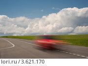 Красный призрачный автомобиль мчится по трассе. Стоковое фото, фотограф Юрий Горид / Фотобанк Лори